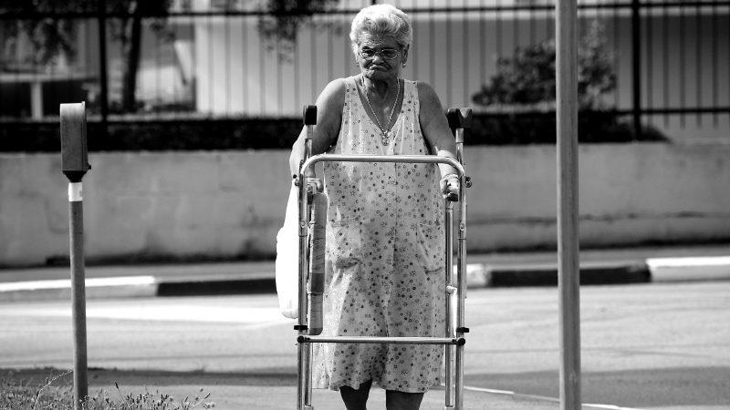 Ældre dame med rollator