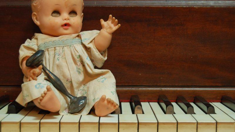 Gammel dukke på klaver