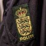 Amfetaminpåvirket knallerist kører ind i betjents privatbil