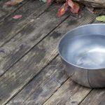 Sæt en skål med vand ud til dyrene i haven