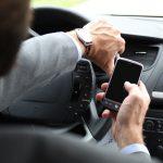 Socialt uacceptabelt at benytte håndholdt mobil i bilen