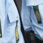 Mand prikkede to politimænd i brystet
