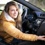 Alt for mange bilister kigger på mobilen under kørslen