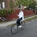 Alt for mange teenagers bruger mobil på cyklen