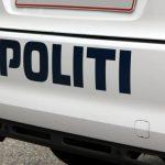 Råbende mand tissede på en politibil