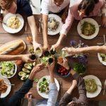 Hold en hyggelig middag for dine venner